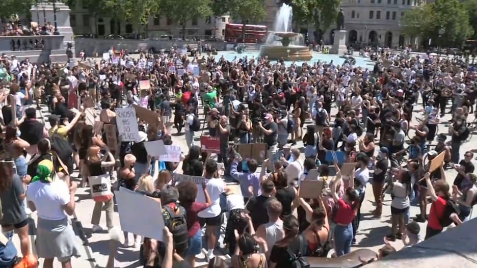 موجة الاحتجاجات تصل إلى لندن والمحتجون يخرقون إجراءات الإغلاق في بريطانيا