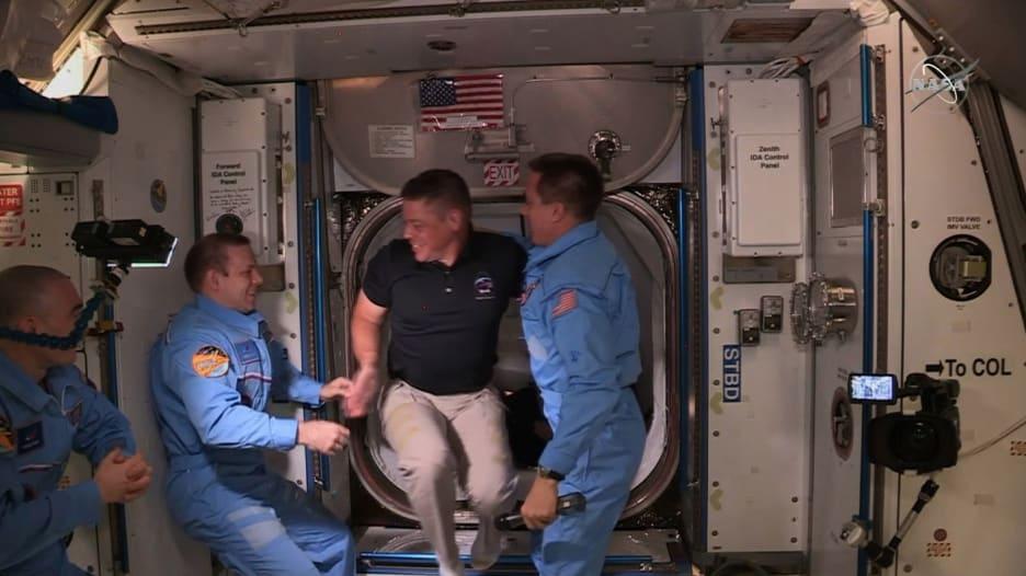 """لحظة دخول رائدا سبيس إكس """"Crew Dragon"""" محطة الفضاء الدولية"""