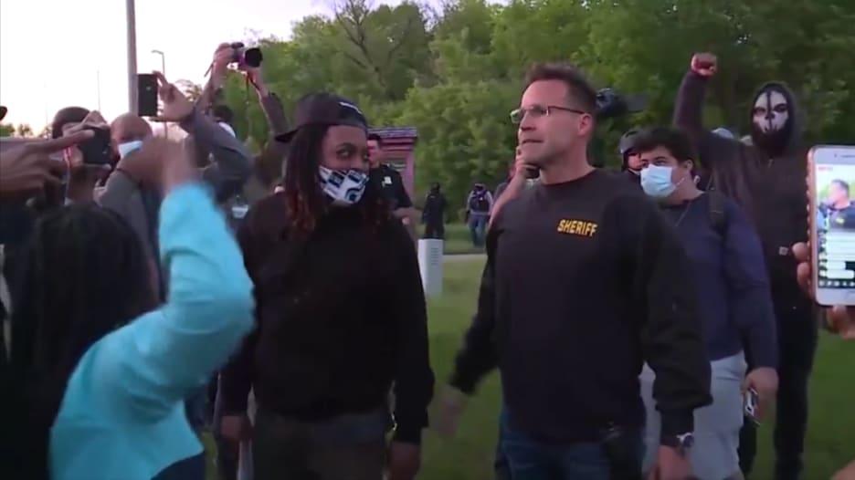 شرطي أمريكي يخلع معدات مكافحة الشغب وينضم لمتظاهري جورج فلويد