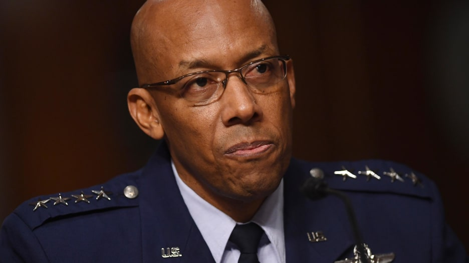 أول قائد أسود لسلاح الجو الأمريكي يصف العنصرية التي واجهها