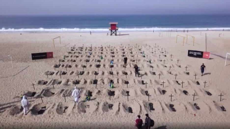 شاهد.. عشرات القبور تظهر على شاطئ سياحي في البرازيل