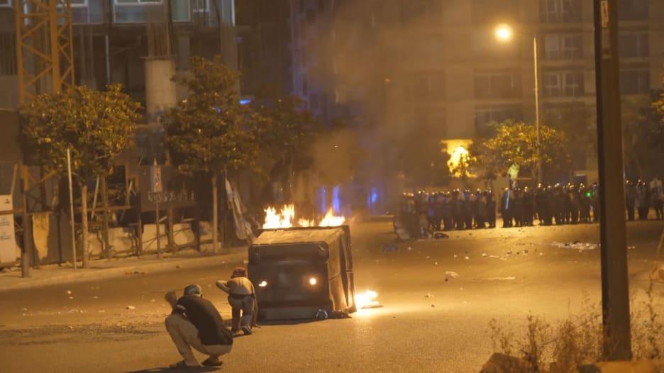 حكومة لبنان: سنضخ الأموال إلى الأسواق الاثنين.. ومتظاهرون: إجراءات بعيدة عن إنقاذنا