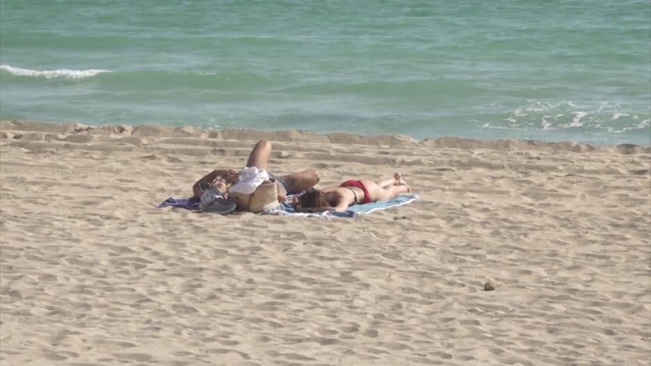 جزيرة إسبانية تختبر إعادة افتتاح السياحة باستقبال آلاف الألمان