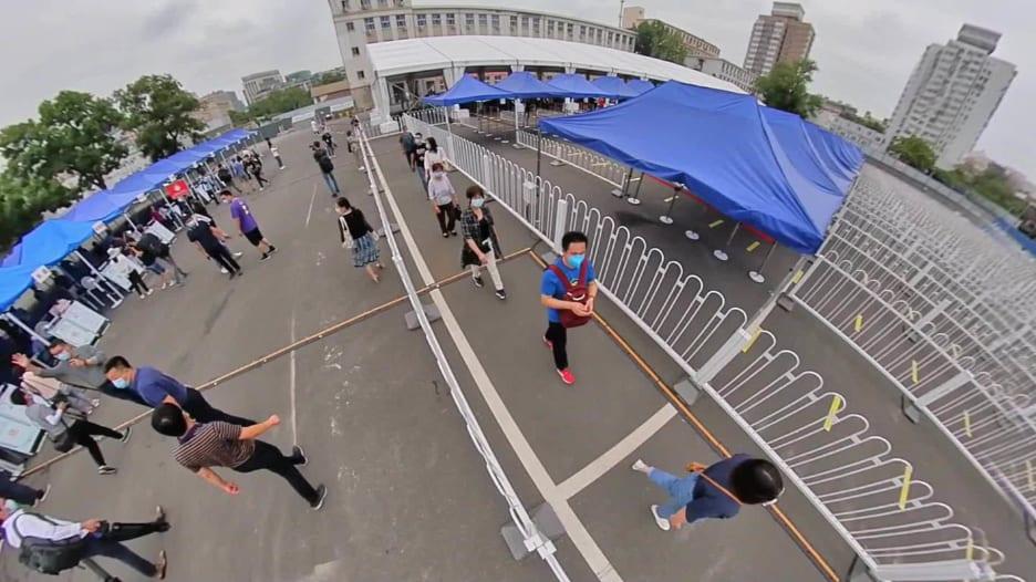 بعد ظهوره مجدداً.. مراسل CNN داخل أحد مواقع فحص كوفيد-19 الجماعية في الصين