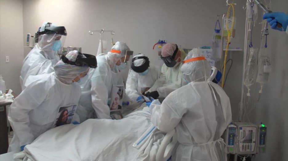 من داخل مستشفى يعالج مرضى كورونا في أحد المناطق الأكثر تفشياً للفيروس بأمريكا