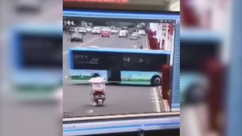 شاهد.. لحظة سقوط حافلة ركاب في مياه بحيرة في الصين