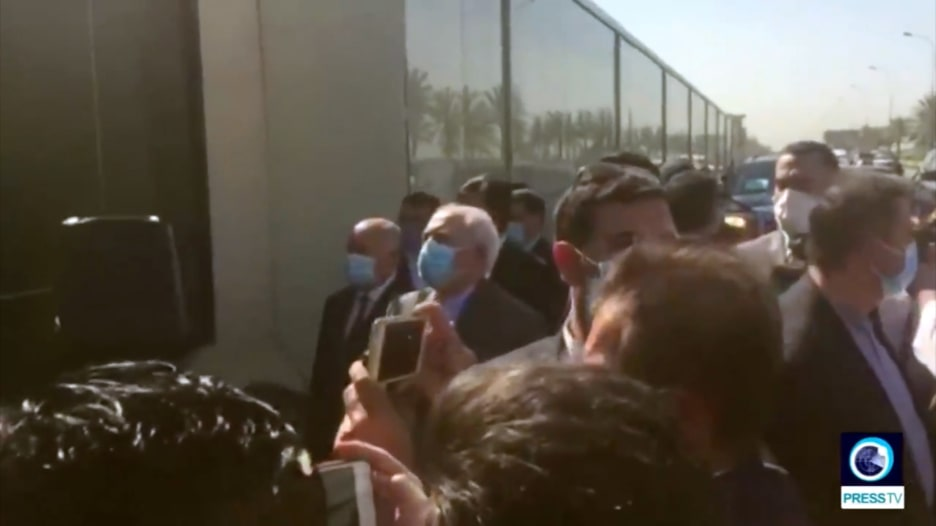 في زيارة هي الأولى من نوعها.. ظريف يزور الموقع التذكاري حيث قتل سليماني في العراق