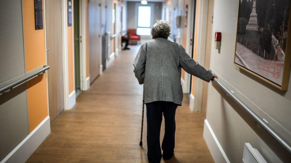 السقوط يمثل السبب الرئيسي لإصابات كبار السن.. هكذا تحمي نفسك