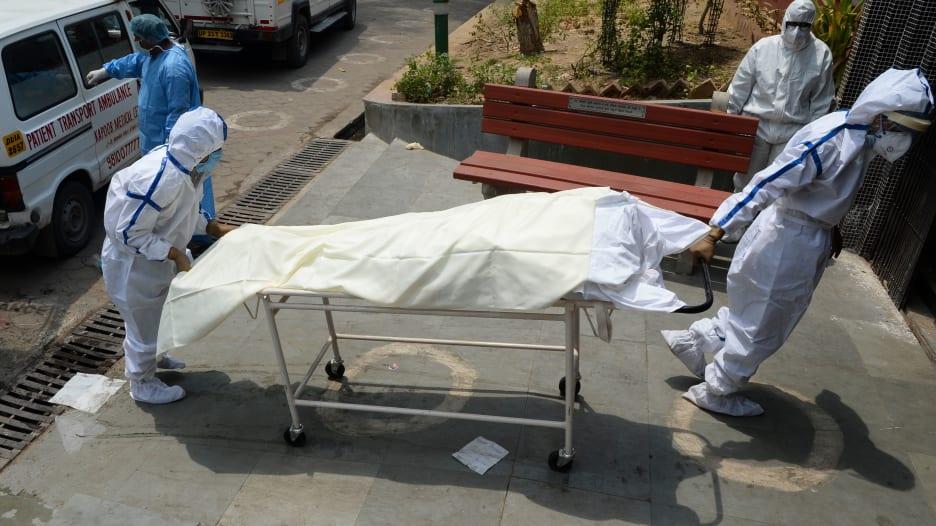 وفاة رجل يبلغ من العمر 71 عامًا أثناء انتظاره في الطابور لإجراء اختبار فيروس كورونا في أمريكا
