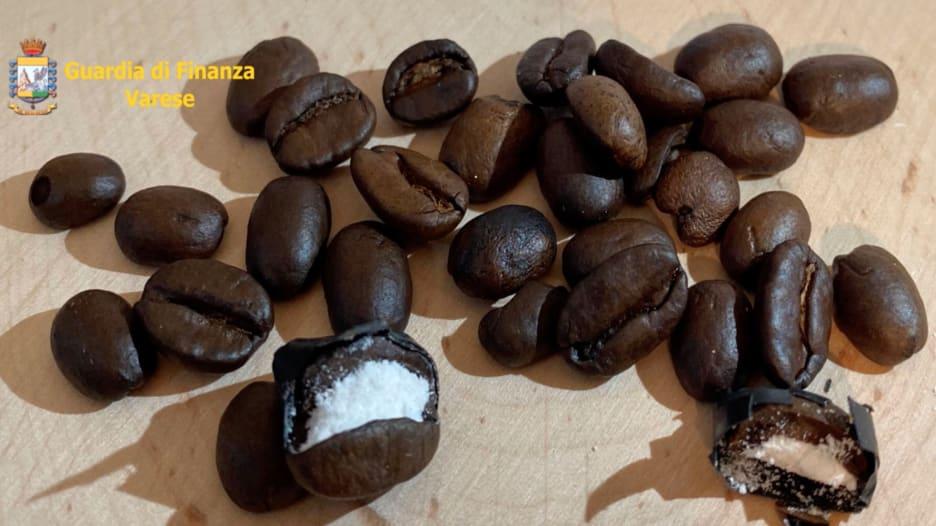 ضبط حبوب قهوة محشوة بالكوكايين في إيطاليا قادمة من كولومبيا