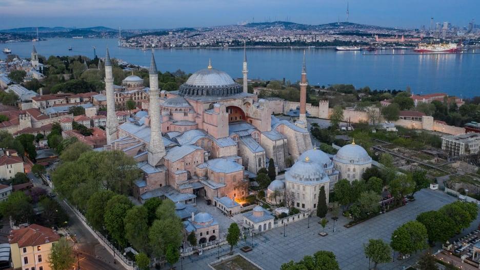 أعجوبة معمارية استمرت لأكثر من 1500 سنة.. خذ جولة عبر تاريخ آيا صوفيا
