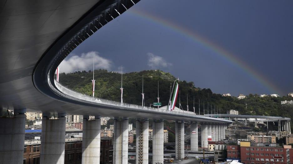 إيطاليا تعيد بناء جسر بعد انهياره القاتل في 2018