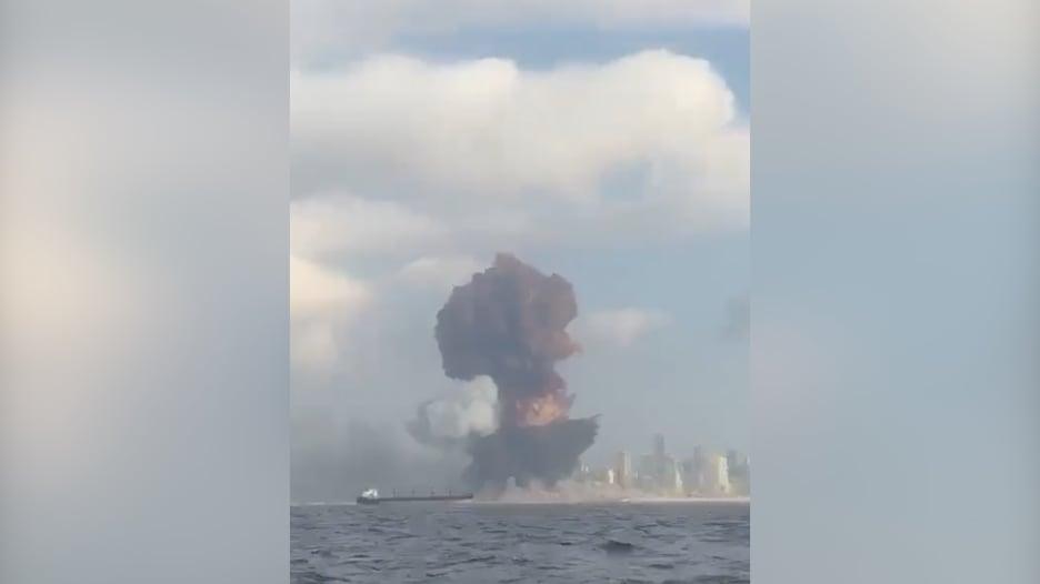 كاميرا من البحر ترصد لحظة وقوع انفجار هائل في بيروت