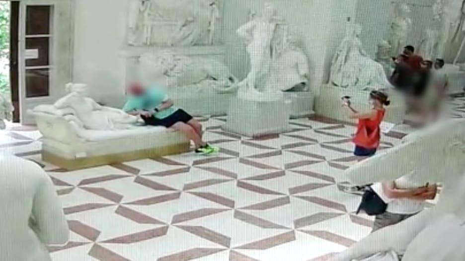 كسر ثلاثة أصابع من قدم تمثال عمره 200 عام في إيطاليا..لماذا قام سائح نمساوي بهذا الفعل؟