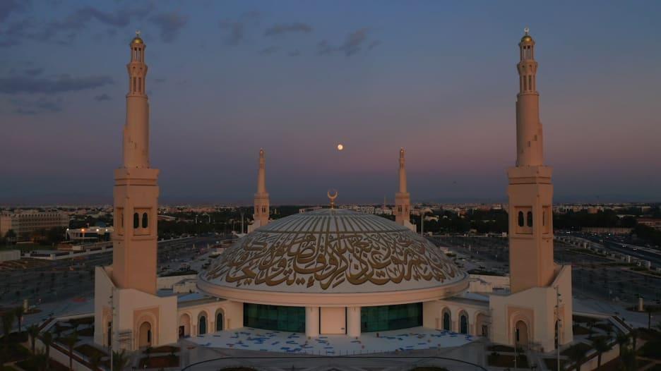 مصور يبرز جمال أكبر قبة مسجد بلا أعمدة في الإمارات من الجو