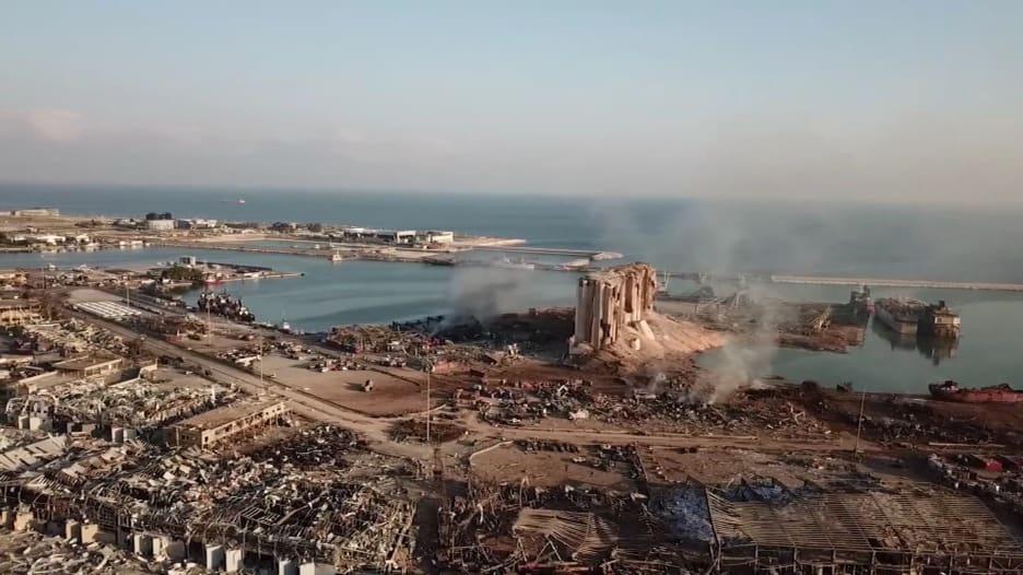 عدم ثقة بين اللبنانيين في ظهور حقيقة انفجار بيروت.. ومتطوعون ينظفون الدمار