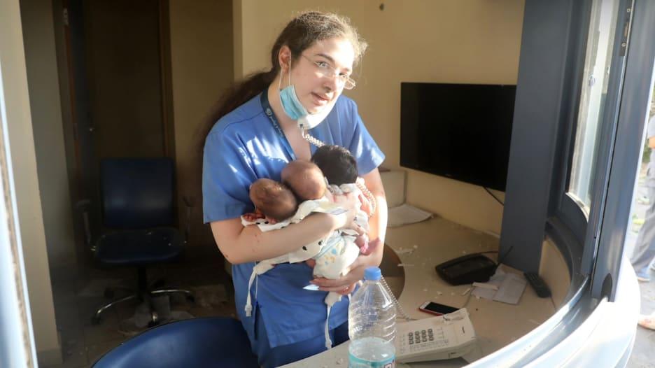 صورتها اجتاحت العالم.. الممرضة اللبنانية باميلا زينون تروي لـCNN رحلة انقاذ الأطفال الرضّع الثلاثة من تفجير بيروت