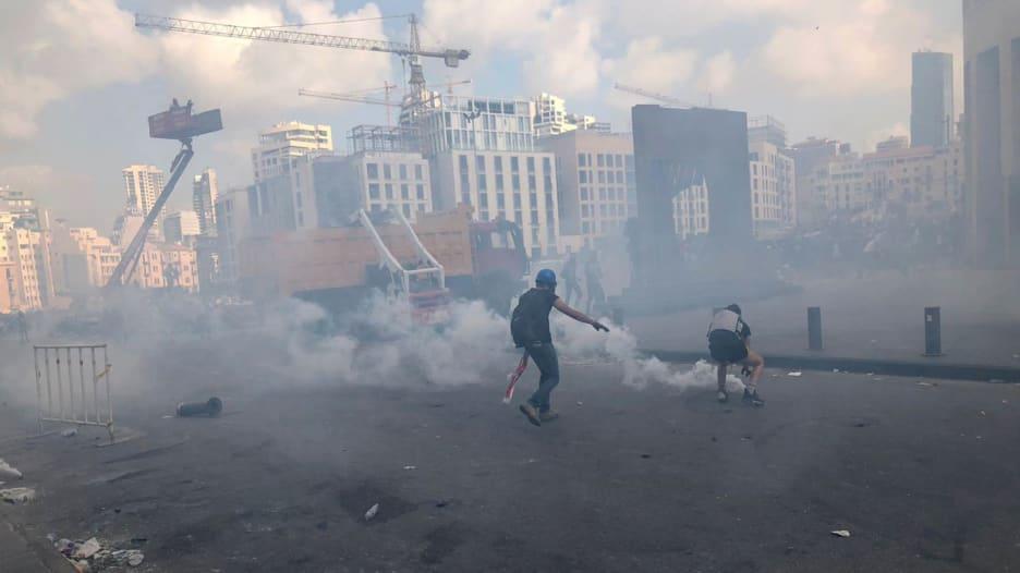 الصدمة تحولت إلى غضب.. مراسل CNN يلقي نظرة على الاشتباكات في شوارع بيروت