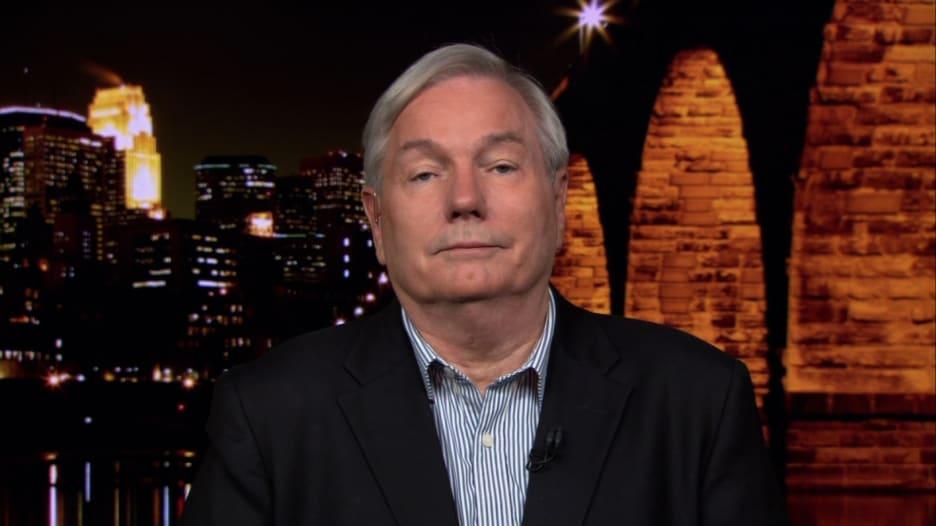 خبير بالأمراض المعدية يشرح سبب حاجة أمريكا إلى عملية إغلاق أخرى