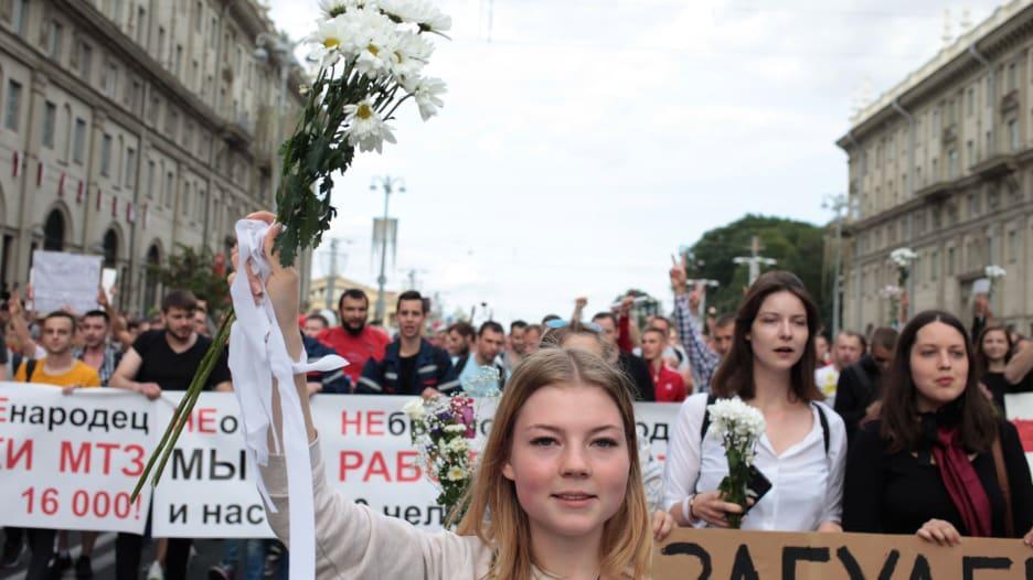 بالورود والأعلام.. استمرار المظاهرات في بيلاروسيا ومطالبات بتنحي لوكاشينكو