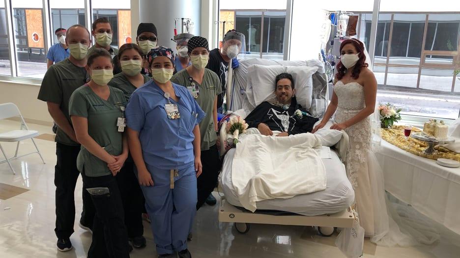 ثنائي يعلن زواجه في مستشفى بينما يصارع العريس فيروس كورونا