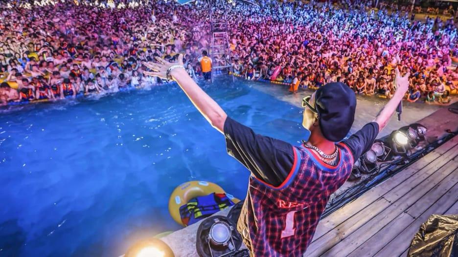 دون كمامات أو تباعد اجتماعي.. آلاف المحتفلين يتجمعون في ووهان بمهرجان موسيقي