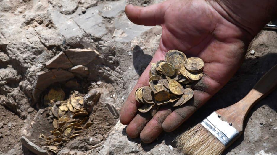 مراهقان إسرائيليان يكتشفان كنزًا من عملات ذهبية عمرها 1100 عام