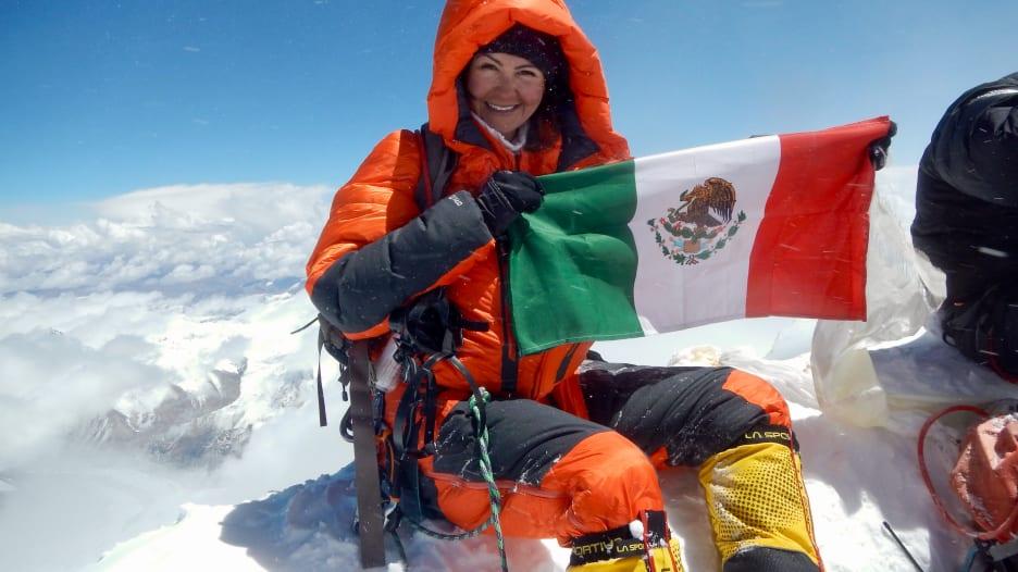 """متسلقة جبال مكسيكية تتحدى أعلى قمم العالم وتحطم رقما قياسيا بـ""""غينيس"""""""