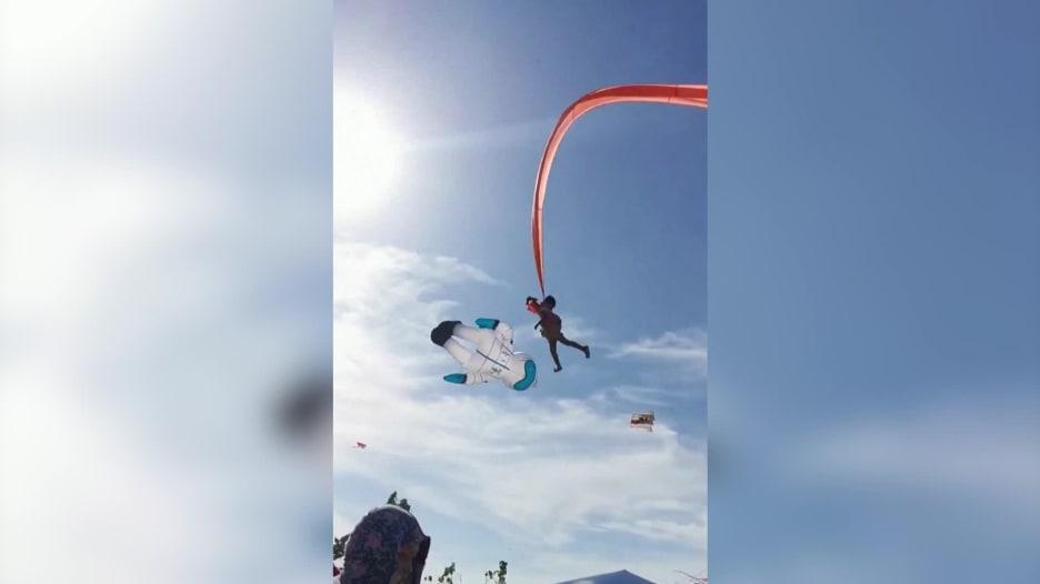 ذعر وخوف.. طفلة تحلق في الهواء بالخطأ بعدما علقت بطائرة ورقية