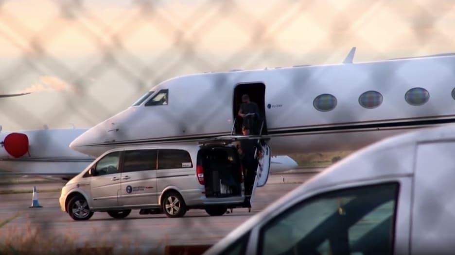 شاهد.. والد ميسي يصل إلى برشلونة لفض النزاع بين ابنه وإدارة النادي