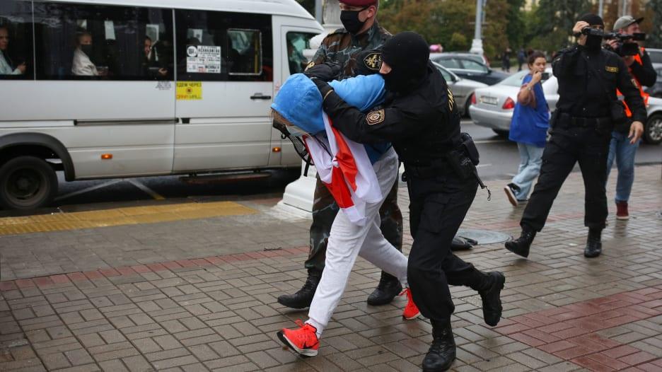 تعرضوا للضرب والسحب.. اعتقالات عنيفة لطلاب متظاهرين في بيلاروسيا