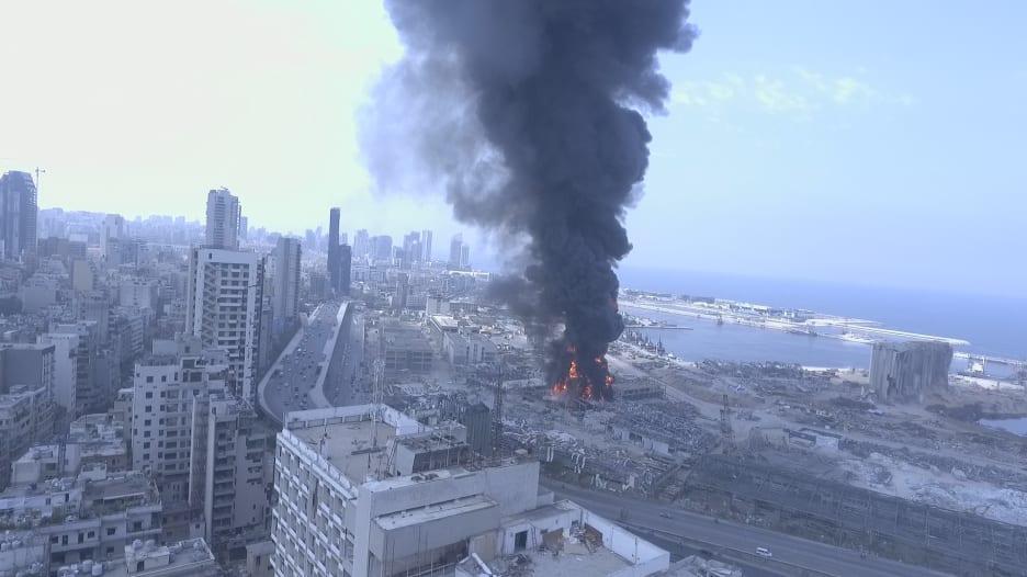 فيديو من طائرة مسيّرة يظهر الحريق الضخم في مرفأ بيروت