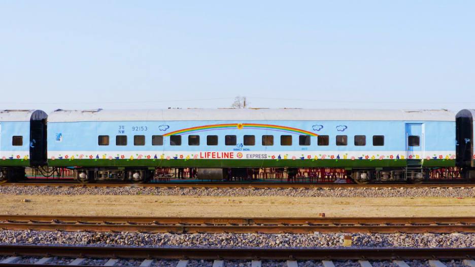 """قطار """"الحياة""""..مستشفى على عجلات في الهند حيث الحرمان والعجز والفقر"""
