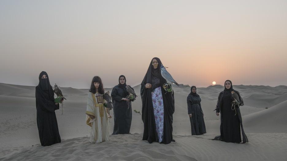 مصورة ترصد نساء إماراتيات تمارسن الصقارة بصحراء أبوظبي