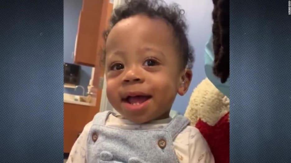 شاهد ردة فعل طفل لحظة سماع صوت والدته لأول مرة