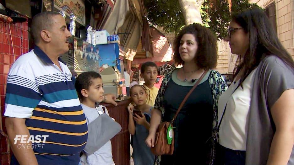 """سيدتان تبحثان عن جوهرة مخفية في الإسكندرية.. الـ""""كبدة اسكندراني"""""""