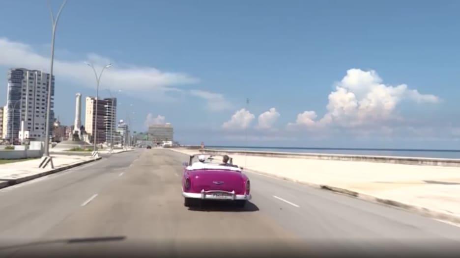 سيارة قديمة مكشوفة تتجول في جزيرة أشباح.. هكذا عزل فيروس كورونا كوبا عن العالم