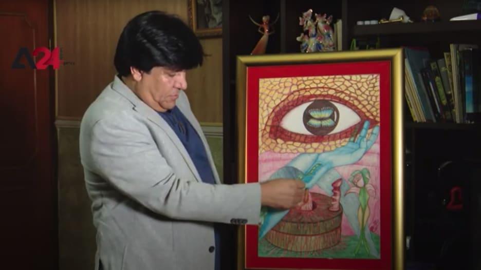 شاهد.. عراقي يحّول كلمات الأغاني وأبيات الشعر إلى لوحات فنية