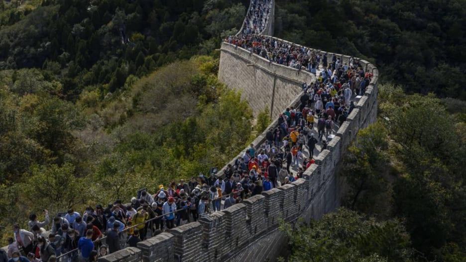 كما لو أنه مشهد قبل كورونا.. الحشود تملأ سور الصين العظيم