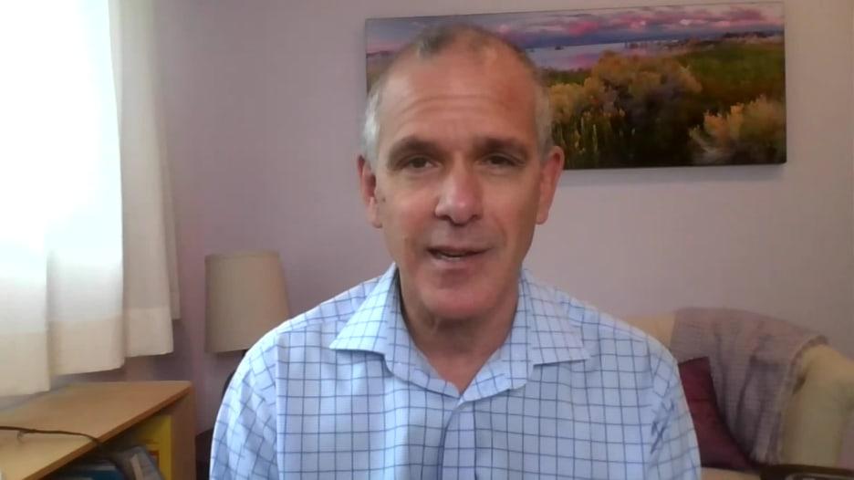 عالم يشرح مخاطر السعي لتحقيق مناعة القطيع ضد فيروس كورونا