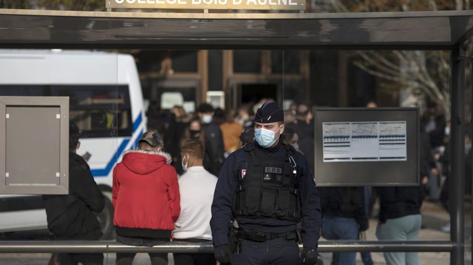 ما القصة وراء مقتل المعلم الفرنسي في باريس؟