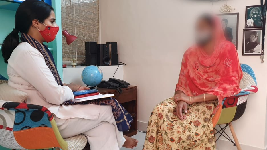 خبيرة نفسية في الهند تناقش تأثير الإغلاق على النساء اللواتي يعانين من العنف المنزلي
