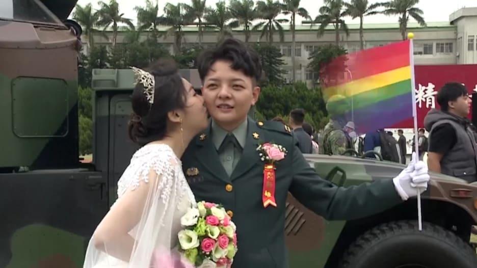 عسكريتان تدخلان التاريخ في تايوان بعد زواجهما مثلياً بمدنيتين في زفاف عسكري جماعي