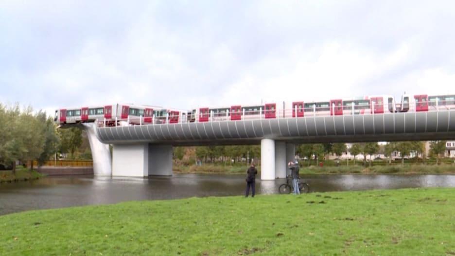 في هولندا.. مترو يحطم حاجز الأمان وذيل حوت يمنعه من السقوط في المياه