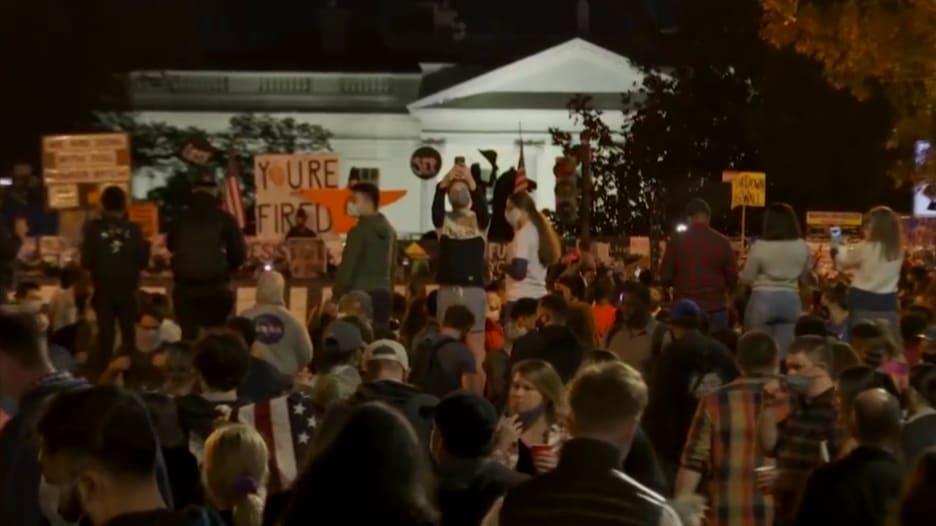 من مظاهرات الصيف إلى احتفالات.. هكذا تغيرت الأجواء أمام البيت الأبيض بعد فوز بايدن