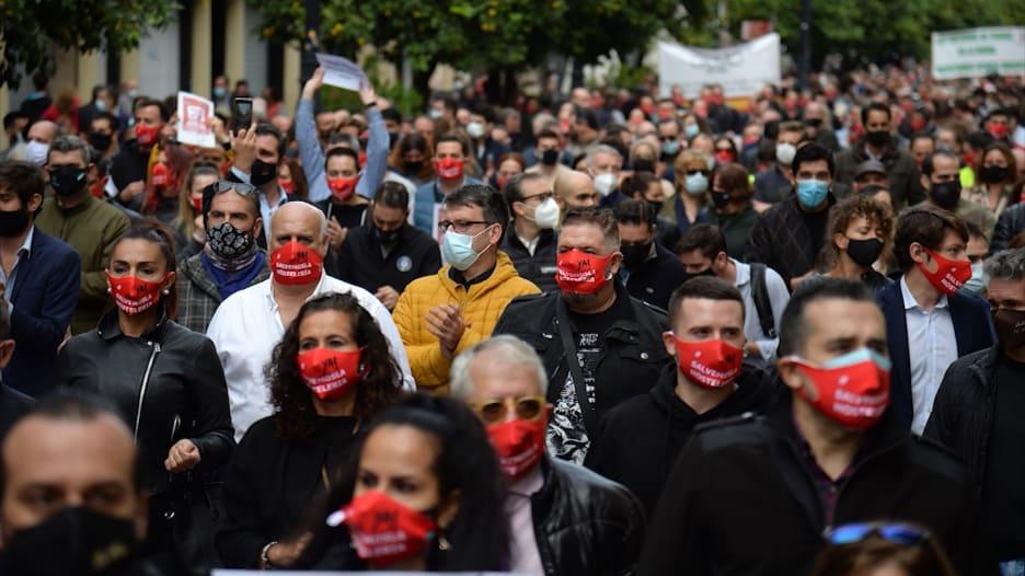 معدلات إصابة قياسية ومقاومة لقيود الإغلاق.. آخر تطورات كورونا في أوروبا