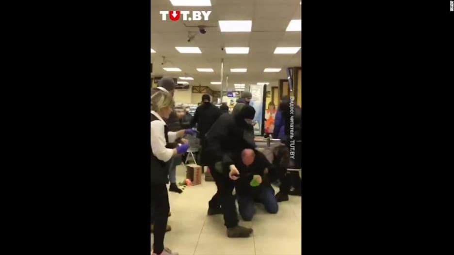 شاهد.. شرطة بيلاروسيا تضرب المتظاهرين ضد الرئيس لوكاشينكو داخل بقالة