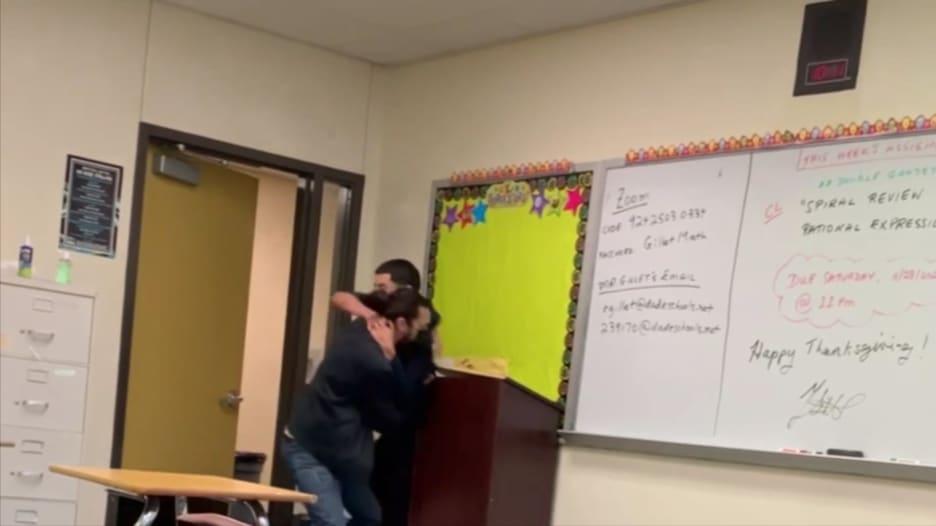 """شاهد.. """"مباراة مصارعة"""" بين معلم وطالب بعد طلبه الذهاب للحمام"""