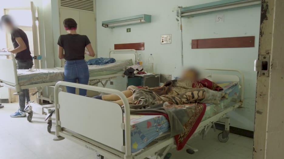 """""""الرائحة الكريهة لا تطاق"""".. داخل جناح فيروس كورونا في مستشفى في فنزويلا"""