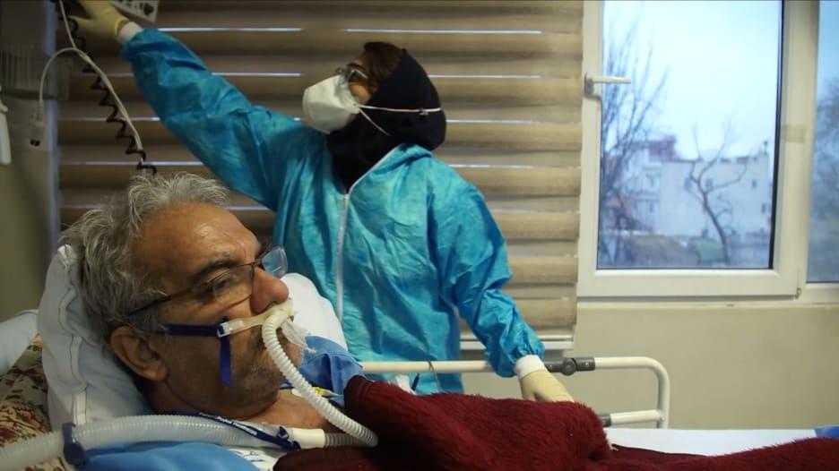 هذا هو الوضع داخل مستشفى في إيران يحاول التعامل مع أكبر موجة من حالات الإصابة بفيروس كورونا في تاريخ البلاد